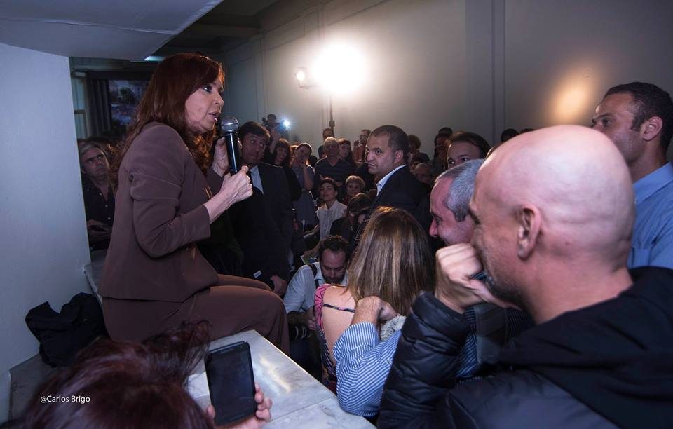 Cristina Fernández de Kirchner con trabajadores de la Cultura