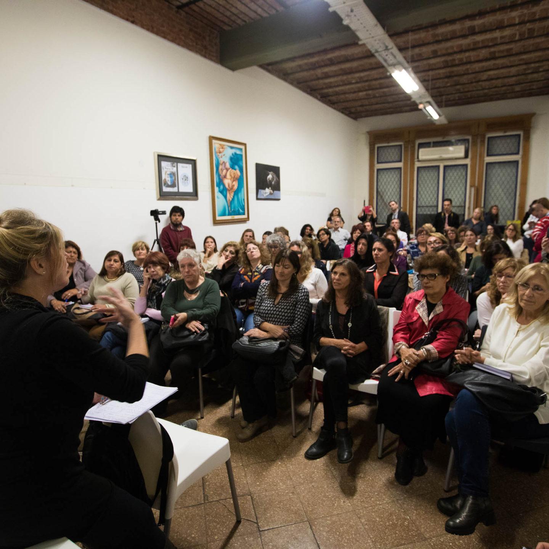 Cristina Álvarez Rodríguez presentó el ciclo «Las mujeres frente al ajuste»