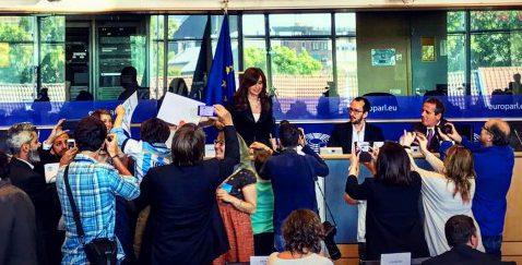 Cristina estudia una gira por Europa antes de asumir la banca de Senadora
